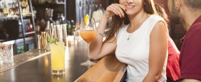 Barで飲んでいる男女